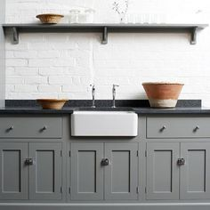 Gray kitchens are so classic, add white walls and black kitchen countertops and you have a timeless kitchen. Lots more black kitchen countertop ideas here & Source by decoratedlifer The post The Many Advantages of Black Kitchen Countertops Home Decor Kitchen, Rustic Kitchen, Kitchen Furniture, New Kitchen, Black And Grey Kitchen, Kitchen Ideas, Loft Kitchen, Shaker Kitchen, Cheap Furniture