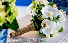 O buquê de orquídeas brancas deu um ar ainda mais chique e harmonizou perfeitamente com o look e o ambiente.