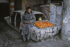 Boy selling oranges on the street, Kabul, Afghanistan, by Steve McCurry 2003 Steve Mccurry, We Are The World, People Around The World, Around The Worlds, National Geographic, Reporter Photographe, Vivre A New York, World Press Photo, Afghan Girl