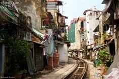 Un rail traverse une petit ruelle
