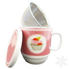 """CUPCAKE. Taza con diseño """"Cupcake"""" para preparar un té, otros tipos de infusiones o incluso para el café o el chocolate. Elaborada en cerámica, incluye tapa del mismo material y filtro de acero inoxidable. ¡Tus infusiones, cafés o chocolates tendrán otro sabor! #Taza #MenajeDelHogar"""