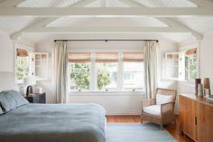 как оформить потолок в спальне