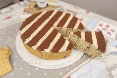 La torta di biscotti è un dolce molto facile e originale, che si prepara in poco tempo, ma che offre un risultato davvero incredibile!  GLI INGREDIENTI  500g di biscotti secchi 400ml di panna montata 250g di mascarpone un caffè 3 cucchiaini di crema di nocciole 1 cucchiaino di miele.   LA PREPARAZIONE Montate la panna e aggiungete il mascarpone, il caffè, il miele e la crema di nocciole. Farcite i biscotti con la crema e create una sorta di sandwich di biscotti. Bagnateli nel latte e caffè…
