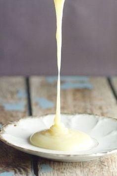 かき氷の上に甘い練乳が嬉しい季節になりました。実は練乳って買わなくてもお家にある材料2つで簡単に作ることが出来るんです。ホームメイドだと材料もシンプルで子供に食べさせるのにも安心だし、アレンジも出来ちゃうのが嬉しいポイント。半端に余った練乳の活用法も一緒にご紹介します。