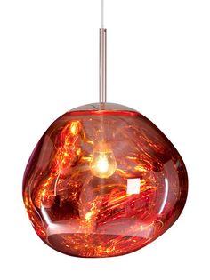 Tom Dixon Melt -valaisimen epäsäännöllisen pyöreä muoto ja metalloitu pinta luovat läpikuultavalla, epätasaisella valollaan kiinnotavan optisen efektin. Päällä ollessaan valaisin muistuttaa valuvaa, sulaa lasia, suljettuna valaisimesta näkyy tehnologisesti taidokkaasti valmistettu metallinen peilipinta. Materiaali on polykarbonaattia. Valaisimeen sopii E14 25W -polttimo, joka ei sisälly pakkaukseen. Kuvun korkeus on 27 cm, johdon pituus 250 cm. Kuparin värinen kattokuppi on halkaisijaltaan…