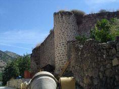 Segura de Toro tiene una rica historia. Entre los defensores y batalladores que han tenido estas tierras están los templarios. Este castillo defendía la ruta de la plata, igual que el que existió en Hervás sobre el que ahora se erige su iglesia principal.