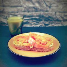 Empezamos nueva semana!  Desayuno: -1 rebanada de pan de payés integral con 50g de aguacate y tomate natural -Zumo verde de kiwi (lechuga hinojo kiwi y hierba de trigo.)