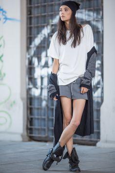 T-shirt oversize z miękkiej bawełny, wykończony w charakterystyczny dla SI-MI nonszalancki sposób. Dluższe rekawki można wywijać a dekolt opuszczać na ramię. Idealny na każdą okazję, niezastąpiona baza stylizacji, must-have w każdej garderobie.