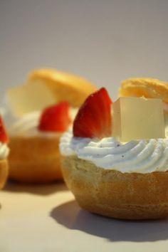 Choux Litchi fraise Litchi, Macaron, Cheesecake, Desserts, Food, Sprouts, Strawberry, Pie, Tailgate Desserts