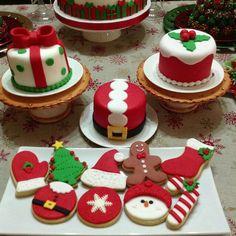 Christmas mini canes and cookies Mini Christmas Cakes, Christmas Themed Cake, Christmas Cupcakes Decoration, Christmas Cake Designs, Easy Christmas Treats, Christmas Cake Topper, Christmas Tree Cookies, Christmas Sweets, Holiday Cakes