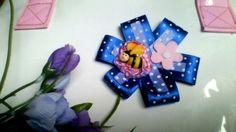 *Eine total süße Kinderbrosche in blau mit Punkten und Biene welcher auf einer Blüte sitzt. Ein Sommertraum für jedes Mädchen. Der Anstecker kann ...
