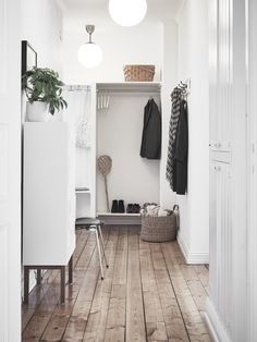 scandinavian entryway decoration to add charm and warmth to your home page 15 Decoration Hall, Entryway Decor, Hallway Inspiration, Interior Inspiration, Home Interior, Interior And Exterior, Escalier Design, Small Hallways, Ideas Hogar