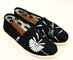 Custom Hand Painted Daisy Toms He Loves Me... por BStreetShoes