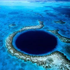吸い込まれそう! ベリーズにあるサンゴ礁「グレート・ブルーホール」中央アメリカ・ベリーズのサンゴ礁保護区内に出現する、ひときわ濃いブルーをした直径313メートルの巨大な穴「グレート・ブルーホール」。ここはもともと洞窟か鍾乳洞だった場所で、それが海中に沈んだことによって、周囲とは大きく色が異なる不思議な光景が生まれたのだとか♪