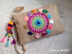 Do It Yourself Pet Property Guidance And Schematic Data Bolso Rafia Con Mandala Crochet. Hecho A Mano. Diy Clutch, Diy Purse, Sewing Crafts, Sewing Projects, Embroidery Bags, Boho Bags, Crochet Mandala, Fabric Bags, Crochet Purses