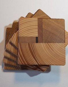 Set de 6 dessous de verre Nami, en 4 essences, pin scandinave, wengé, chêne et hêtre.  Design élaboré par nos soins, fabrication dans notre atelier avec des matériaux nobles.  Finition huile de lin et cire d'abeille.  Dimension 7.5cm de cotés pour 0.5cm d'épaisseur.