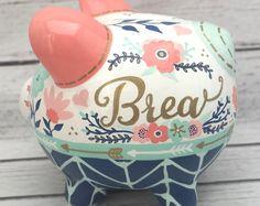 Alcancía personalizada, Boho Chic plumas hucha en coral, menta, azul marino y oro ~ Banco de dinero de cerámica pintada a mano artesanal,