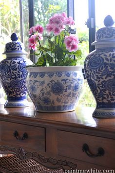 Blue & white planter flanked by ginger jars