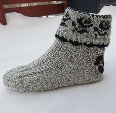 Ravelry: Lovely & Thick Rose Socks / Pynteraggen pattern by Wenche Roald free pattern Lace Socks, Crochet Socks, Knitted Slippers, Slipper Socks, Knitted Gloves, Ankle Socks, Knitting Socks, Free Knitting, Knitting Patterns