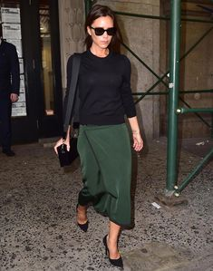Celebrity Street Style Picture Description Victoria Beckham struts in a hunter green skirt and Cool Street Fashion, Work Fashion, Star Fashion, Fashion Looks, Curvy Fashion, Victoria Beckham Outfits, Victoria Beckham Style, Victoria Beckham Fashion, Victoria Style