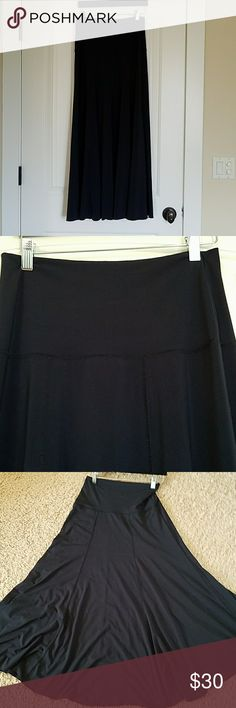 Spandex maxi Cabi skirt Cabi maxi skirt. It had stretch and volume. It's so comfortable and​ wrinkle resistant, perfect​for traveling. It has panels and has some piling/lint on the seems. It's Navy CAbi Skirts Maxi