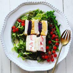 今朝は2種類のサンドイッチに。 ふわふわオムレツと紫芋 ふんわりホイップクリームと苺