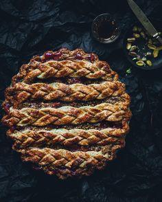 Plum pie with pistashio crust
