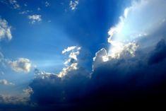 """Pe lângă complexul schiturilor rupestre, comuna Bozioru din judeţul Buzău este recunoscută pentru aşa numitul """"cer straniu"""". Satele Fişici şi Nucu, aproape de Lacul Goteş, au deasupra cupola unui cer de o claritate aparte, ale"""