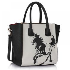 Barva: černo-bílá. Velikost: 30,5 cm x 29 cm. Kabelka se zapínáním a otevřenou kapsou uvnitř. Nápaditý obrázek koně.