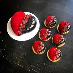No photo description available. Crazy Cakes, Fancy Cakes, Unique Cakes, Creative Cakes, Fancy Desserts, Delicious Desserts, Anniversary Cake Pictures, Entremet Recipe, Ganache Icing