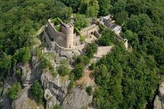 Kotlina Jeleniogórska - Zamek Chojnik w Sobieszowie. Typowy średniowieczny zamek obronny.