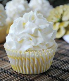 Cupcake citron doux fabriqués à partir de mon favori, à partir de zéro, blanc recette de gâteau. Surmonté d'un glaçage au beurre de citron doux! Les ingrédients Pour les petits gâteaux : 5 blancs d...