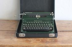 https://relikit.com/product/vintage-smith-corona-rare-flat-top-green-antique-typewriter-wcase-and-keys/