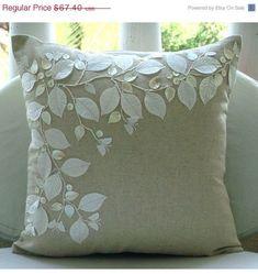 coussin en lin magnifiquement brodé de feuilles ,perles, feuilles de Satin