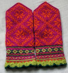 Ravelry: SweaterGoddess' Amaryllis Mittens - Warm Love the colors! Crochet Quilt, Crochet Mittens, Mittens Pattern, Knitted Gloves, Knit Crochet, Knitting Charts, Knitting Socks, Hand Knitting, Knitting Patterns