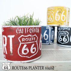 U.S. Route 66は、アメリカ合衆国中東部のイリノイ州シカゴと、西部のカリフォルニア州サンタモニカを結んでいた、全長3,755km(2,347マイル)の旧国道。今では、アメリカン雑貨の定番デザインとなり大人気です。そのデザインが、施されたとってもオシャレなプランターの登場です。レトロ感のある色合いと セメント製ならではの重量感がたまりません。インテリアに、実用的にと使い道は色々とあります。 観葉植物などお部屋に小さな庭園を作ってみてはいかがでしょうか。【サイズ】 φ12.8xH.10.5cm【素 材】 セメント【補 足】 撮影環境やお使いのモニターの環境より色合いが若干異なって      見える場合がありますが、ご了承下さいませ。【重 要】 メール便不可商品です。