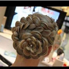 flower bun braid thing <3
