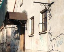 Idziemy dalej wzdłuż Warszawskiej, a tam... budynek niespodzianka :). Jaka? Zobacz na http://mlodywschod.pl/przestrzen-miasta/czy-wiedzieliscie-ze-w-tym-budynku-miesci-sie-zajazd/.
