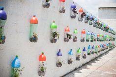 Wandgestaltung aus bunten pet-flaschen