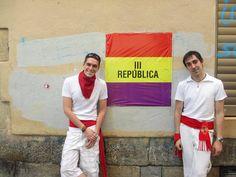 Eric Garcia Pellus. Os paso una foto de San Fermines, Pamplona está llena de banderas republicanas. Nos hicimos una foto con una de ellas.