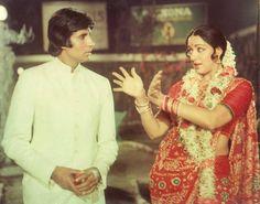 Amitabh Bachchan and Hema Malini in a still from the movie Desh Premee Kareena Kapoor, Priyanka Chopra, Hema Malini, India First, Vintage Bollywood, Amitabh Bachchan, Salman Khan, Bollywood Stars, Hair Makeup