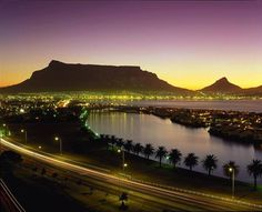 Tramonto a Cape Town: in lontananza si riconosce Table Mountain, il rilievo più noto della città con la sommità appiattita