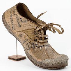 Célia Pardini - Cardboard shoe - Octobre 2011 Matériaux : Carton brut, vernis ultra-glossy, Dimensions avec présentoir : L. 36 cm x H. 26 cm fil de fer.