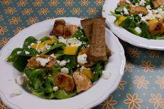 Feldsalat mit Mango, Pute, Feta und Knoblauchbrot