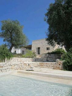 Trullo Gioia, in Puglia, Italy. Two 'lamie' structures connected by a pergola ideal for al fresco dining and lounging. Villa Design, Spa Design, Design Hotel, Casa Patio, Design Exterior, Stone Exterior, Greek House, Modern Pools, Dream Pools