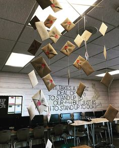S Classroom Craziness: Classroom Tour- Mrs. S Classroom Craziness: Classroom Tour Harry Potter Display, Deco Harry Potter, Theme Harry Potter, Harry Potter Decor, Harry Potter Houses, Elementary Classroom Themes, Classroom Decor Themes, History Classroom Decorations, Future Classroom