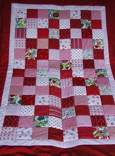 Patchworkdecke mit rot, weißen Stoffen von Meine bunte Flickenecke auf DaWanda.com