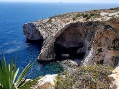 Blue Grotto, a Gruta Azul de Malta. Saiba como fazer o passeio para conhecer a gruta azul de Malta. Malta Travel Guide, Europe Must See, Capital Of Malta, Malta Beaches, Europe On A Budget, Diving Course, Backpacking Europe, Travel Europe, Europe Destinations