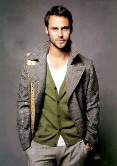 JAMAIS VULGAIRE, blog mode homme, magazine et relooking online | Une belle superposition avec une combinaison de couleur bien pensée entre le cardigan khaki et les bretelles marron clair