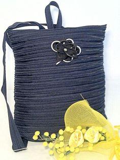 Zaino realizzato con la sola cerniera lampo. Disponibile in diversi colori e dimensioni.